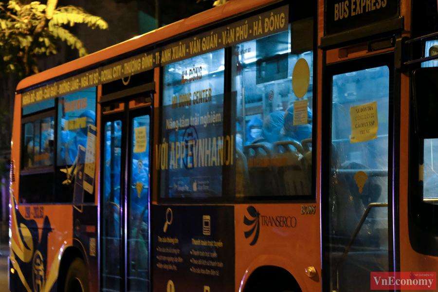 Mỗi chiếc xe buýt đềucó vách ngăn với buồng lái để đảm bảo quy định phòng chống dịch.