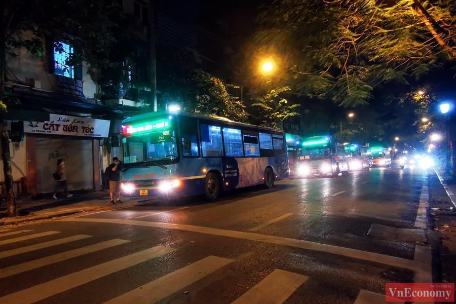 145 F1 tại Bệnh viện Việt Đức được đưa đi cách ly trong đêm - Ảnh 3