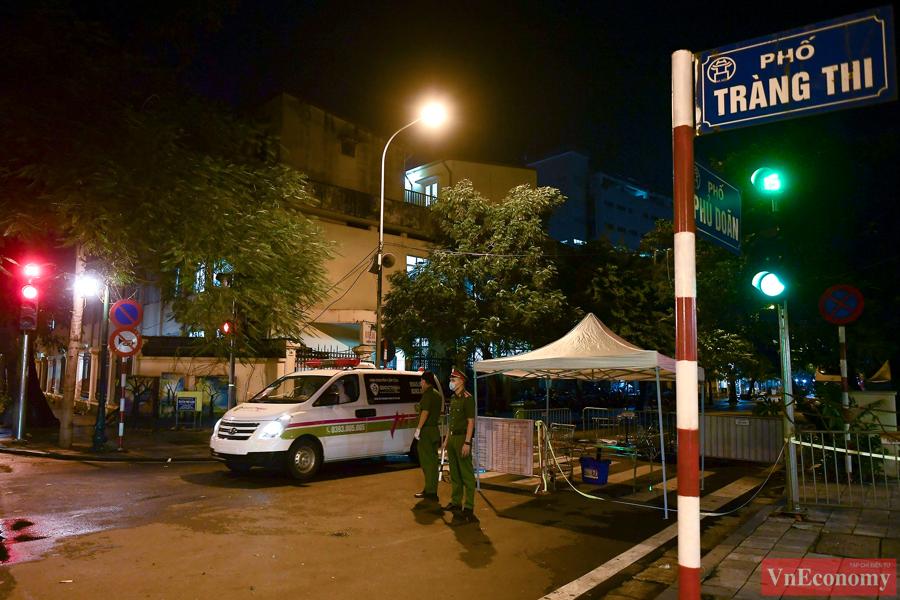 Ngay từ 19h tối, lực lượng chức năng gồm công an, thanh tra giao thông được tăng cường để phân luồng giao thông, hỗ trợ các xe di chuyển vào và ra khỏi bệnh viện.