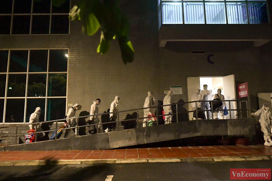 Trong tối nay, Bệnh viện Thanh Nhàn tiếp nhận 182 bệnh nhân và người nhà, trong đó có 16 bệnh nhi.Tất cả người dân được chuyển đến khu cách ly tại nhà C của bệnh viện.