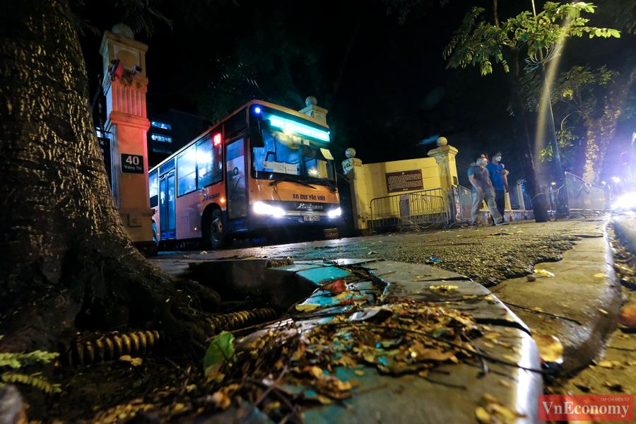 Một lượt xe buýt và xe khách chở trung bình từ 15 - 20 người, chủ yếu là người nhà bệnh nhân và bệnh nhân nhẹ.