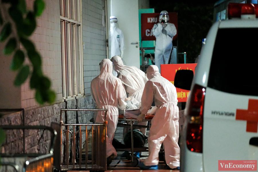 Các bệnh nhân nặng được phía Bệnh viện Thanh Nhàn hỗ trợ tiếp đón để nhập viện nhanh chóng.