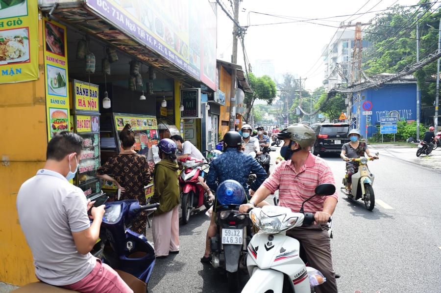 Dịch vụ ăn uống hiện cũng được bán trực tiếp cho người dân theo hình thức mang về. Do đó, các quán ăn uống đông người dân xếp hàng để chờ mua. Ảnh: Vietnamnet.