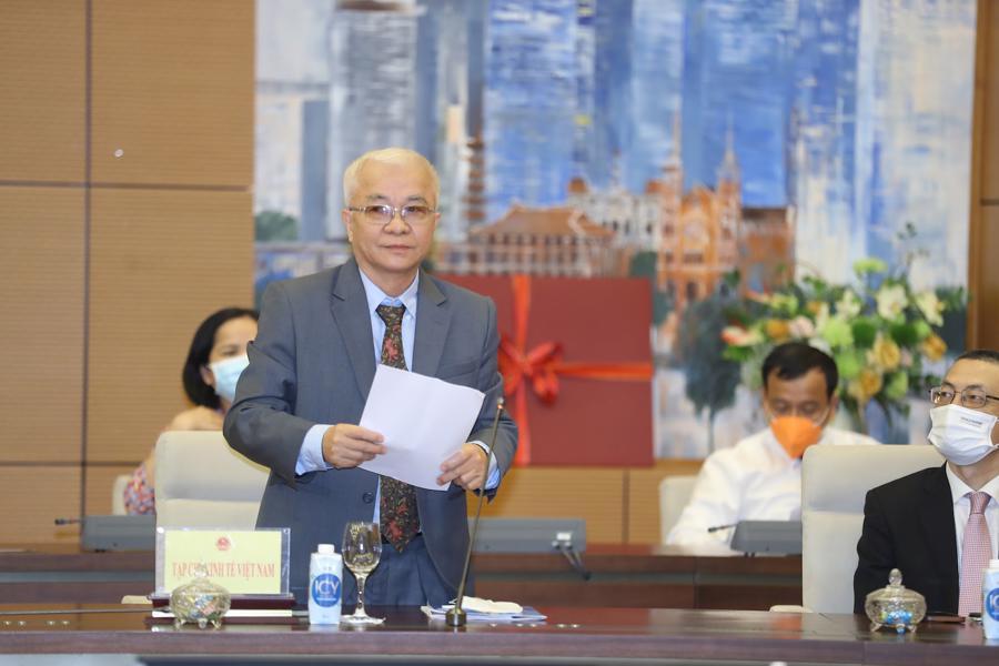 Tổng biên tập Tạp chí Kinh tế Việt Nam Chử Văn Lâm phát biểu tại buổi gặp mặt. Ảnh: Giang Nam.