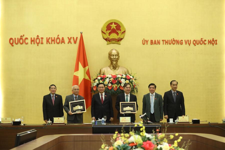 Chủ tịch Quốc hội tặng quà lưu niệm cho Tổng biên tập Tạp chí Kinh tế Việt Nam Chử Văn Lâm và Chủ tịch VUSTA Phan Xuân Dũng.Ảnh: Giang Nam.