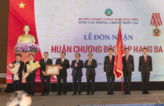 Phó Thủ tướng Lê Văn Thành trao Huân chương Độc lập hạng Ba cho Tổng cục Phòng chống thiên tai.