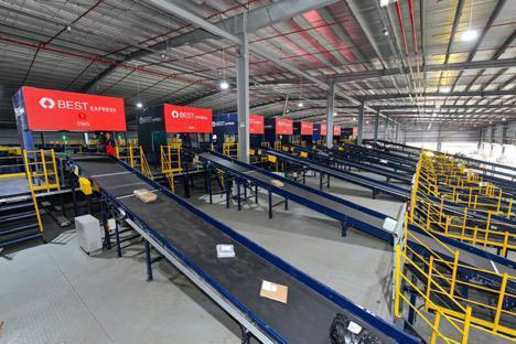Dây chuyền phân loại tốc độ cao tại trung tâm phân loại hàng hoá tự động của BEST Express.
