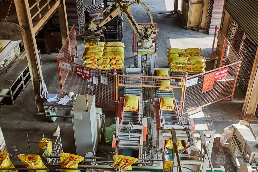 Dây chuyền nhà máy với hệ thống rôbôt gắp bao tự động.